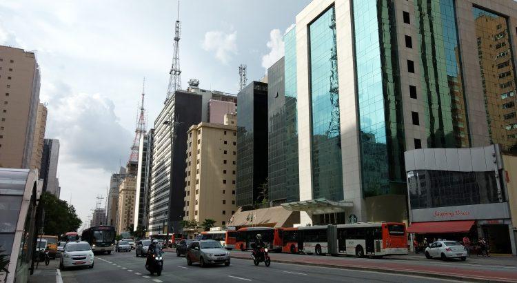 Foto da Avenida Paulista com carros e motos